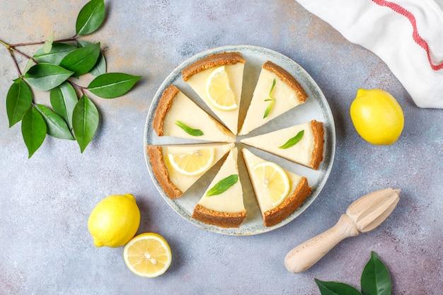 Cheesecake de newyork caseiro com limão e hortelã, sobremesa orgânica saudável, vista superior