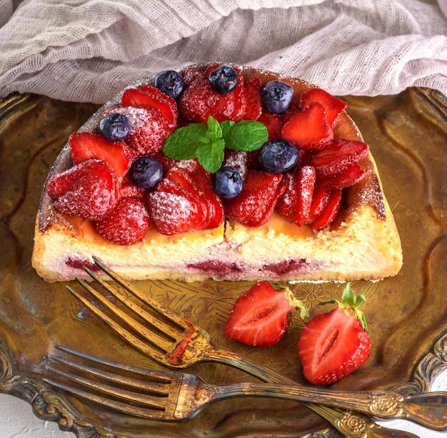 Cheesecake feito de queijo cottage e morangos frescos em um prato