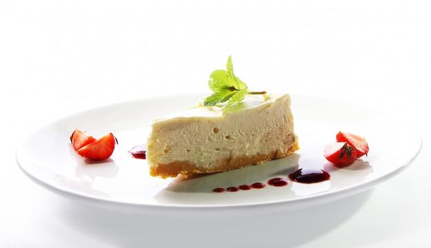 Cheesecake fresco servido com hortelã