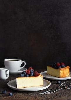 Cheesecake new york fatia de cheesecake com framboesas e mirtilos