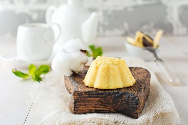 Cheesecake pequeno com chocolate branco e proteínas batidas em superfície clara