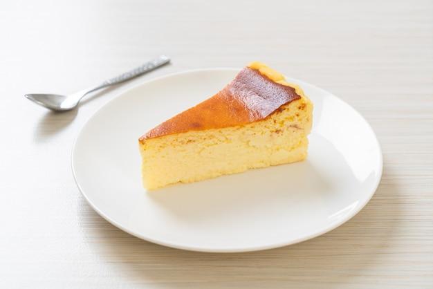 Cheesecake queimado caseiro em prato branco