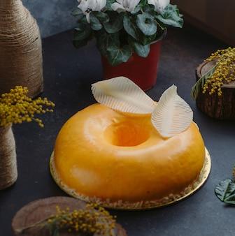 Cheesecake redondo em cima da mesa