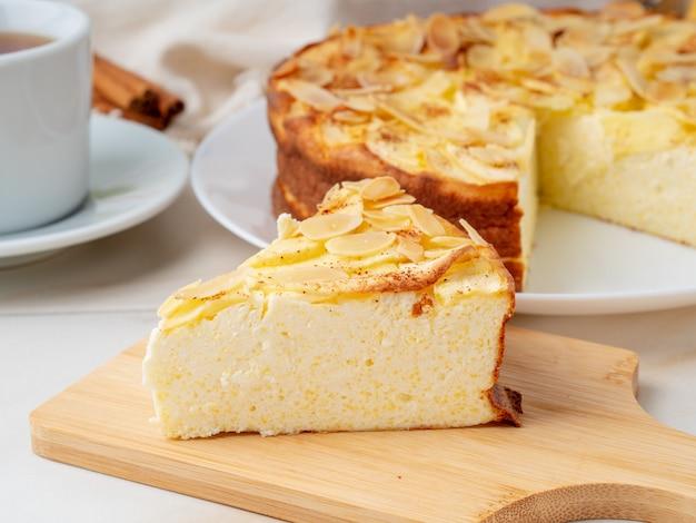 Cheesecake, torta de maçã, requeijão de sobremesa com polenta, maçãs, canela