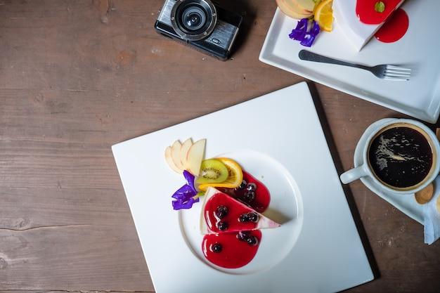 Cheesecakecake em uma mesa de madeira com espaço de cópia. visão aérea