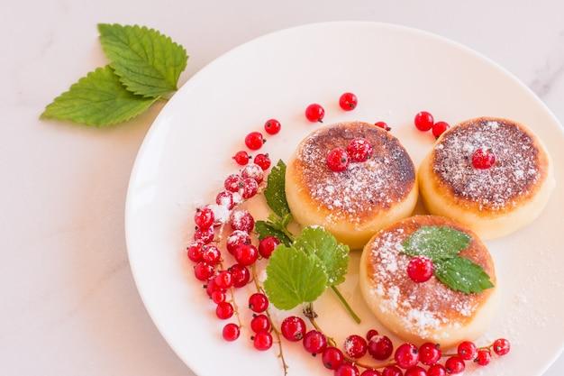 Cheesecakes café da manhã ou sobremesa panquecas de requeijão syrniki. refeição saudável vista de cima