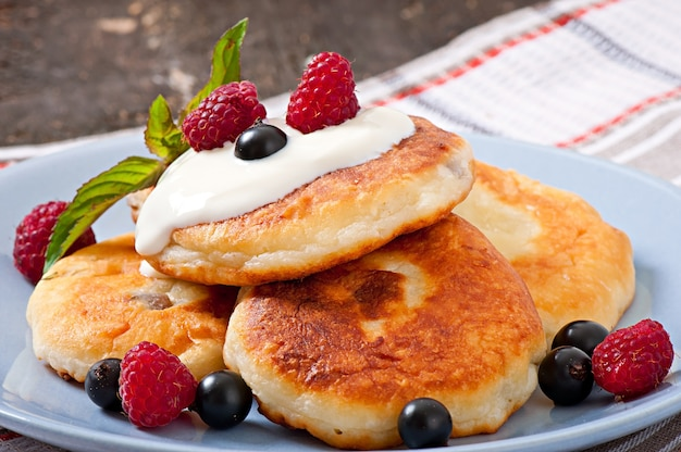 Cheesecakes com creme de leite decorado com frutas
