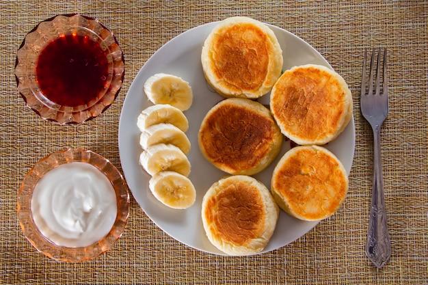 Cheesecakes com fatias de banana em um prato
