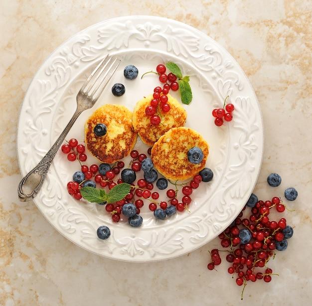 Cheesecakes com queijo cottage em um prato