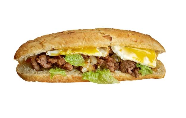Cheesesteak - sanduíche combinando carne frisada, cebola e queijo em um pequeno pedaço de pão