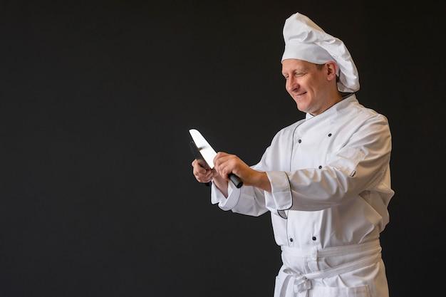 Chef afiando facas