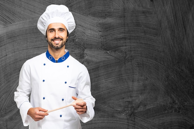 Chef alegre num quadro negro