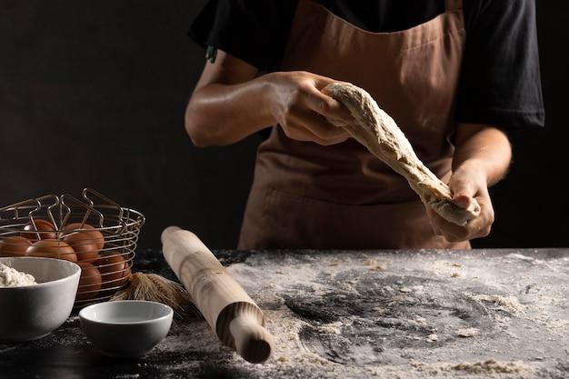 Chef amassando massa com farinha