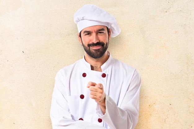 Chef apontando para a frente sobre fundo branco