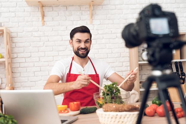 Chef apresentando ingredientes alimentares para espectadores podcst culinária