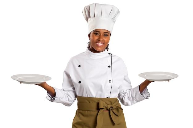 Chef apresentando o prato vazio. mulher cozinheira ou chef servindo prato vazio sorrindo feliz isolado no espaço em branco.