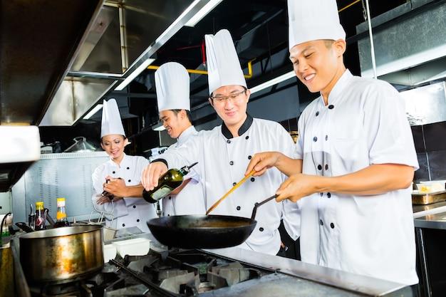 Chef asiático em cozinha de restaurante