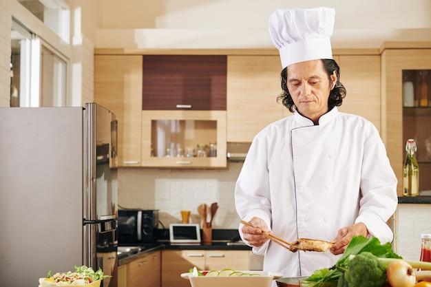 Chef assando frango