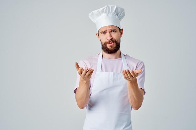 Chef barbudo com uma panela nas mãos, cozinha restaurante profissional