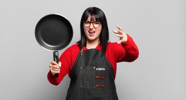 Chef bonita cozinhando em uma panela