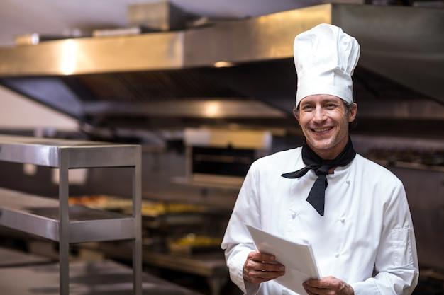 Chef bonito segurando o menu