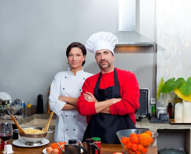 Chef casal homem e mulher posando na cozinha