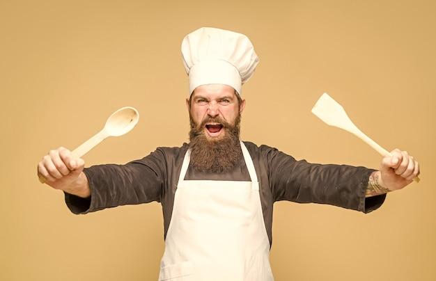Chef com colher de pau cozinhando cozinha anunciando utensílios de cozinha chef barbudo