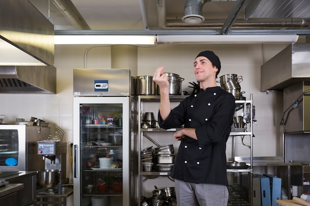 Chef com cozinha uniforme e utensílio