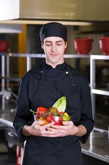 Chef com frutas e legumes