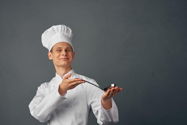 Chef com itens para a profissão de cozinhar alimentos