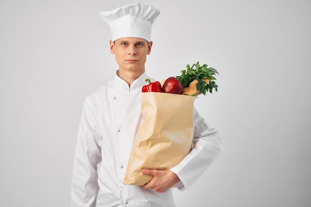 Chef com pacote de entrega de comida fresca em restaurante