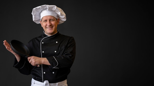 Chef com panela e cópia-espaço