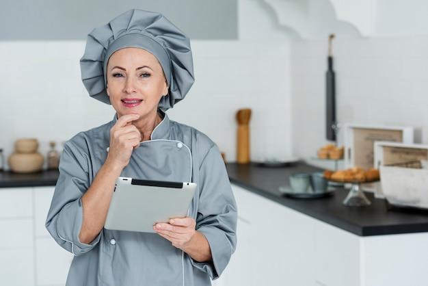 Chef com prancheta na cozinha