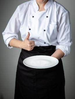 Chef com prato vazio branco