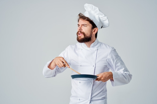 Chef com uma frigideira na mão isolado de fundo