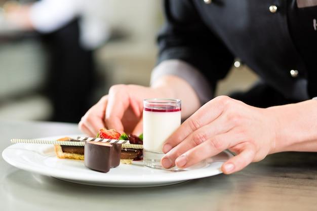 Chef como patissier cozinhar na sobremesa de restaurante