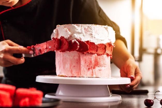 Chef confeiteiro fazendo um bolo