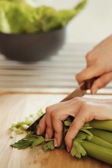 Chef cortando aipo
