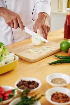 Chef cortando cebola i