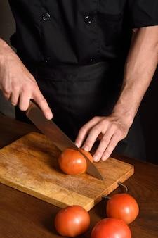Chef, cortando tomate