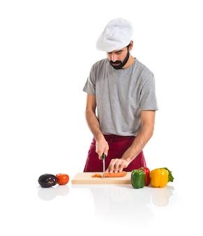 Chef cortando uma cenoura