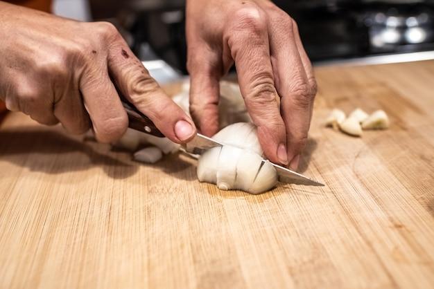 Chef, cortar e cortar legumes para um guisado.