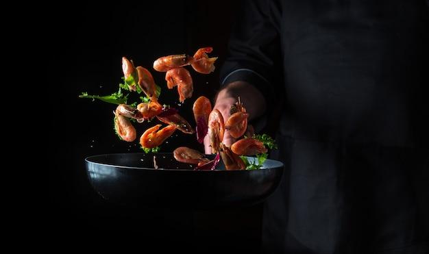 Chef cozinha camarão em panela com vegetais cozinhar frutos do mar comida e comida vegetariana saudável