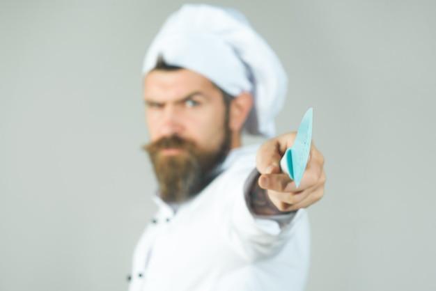 Chef cozinhando equipamentos de cozinha e conceito de cozinha de restaurante chefcook em uniforme branco com