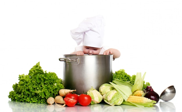 Chef de bebê fofo com panela grande e legumes