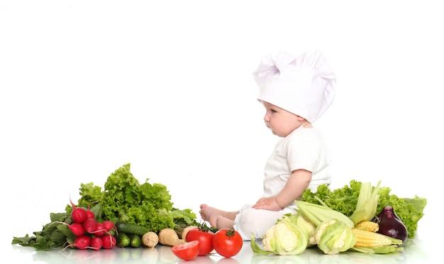 Chef de bebê fofo com vegetais diferentes