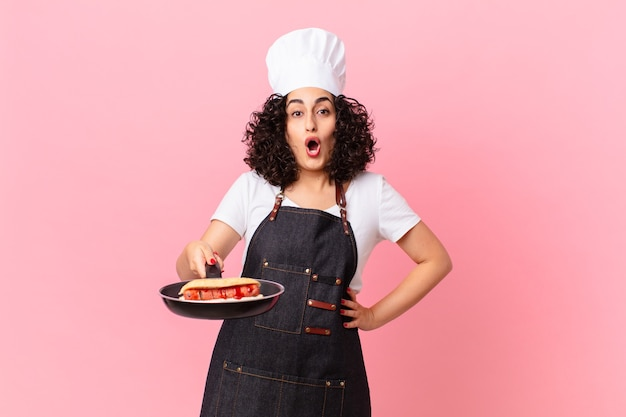 Chef de churrasco linda mulher árabe preparando cachorro-quente