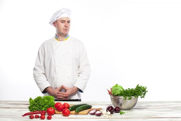 Chef de cozinha salada de legumes frescos em sua cozinha