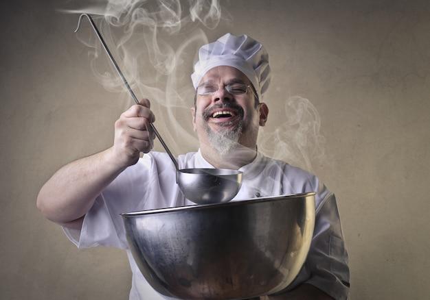Chef de degustação e sorrindo