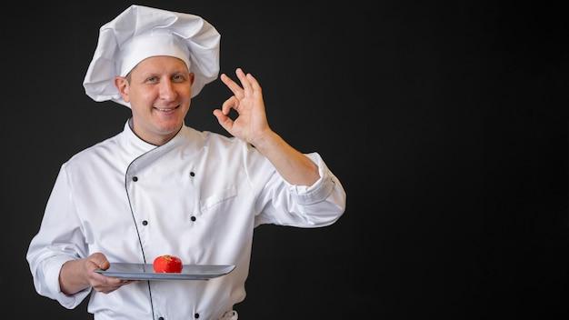 Chef de dose média segurando o prato